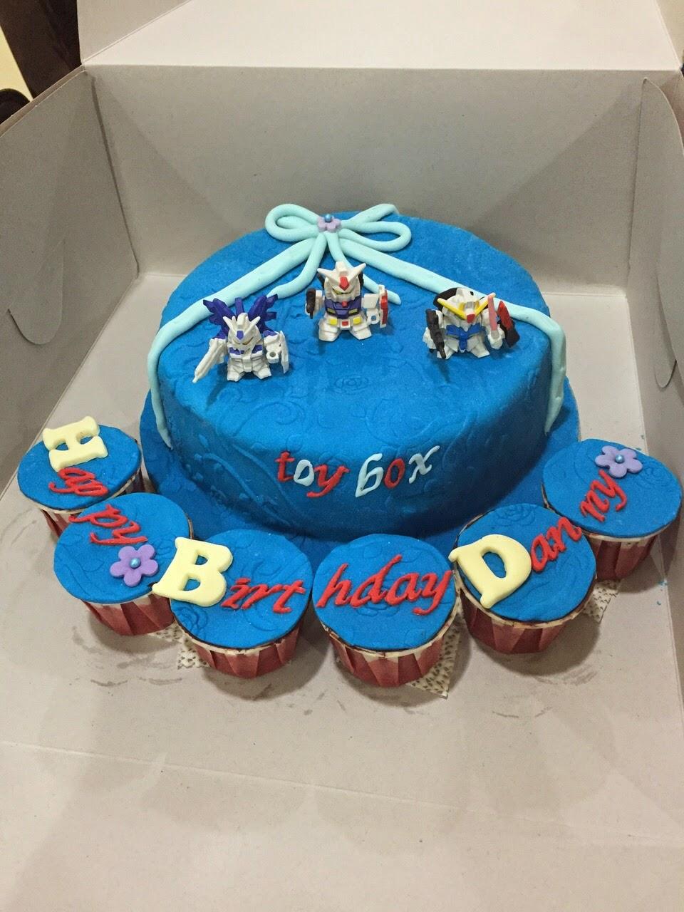 Sweet Indulgence Designer Cakes Cupcakes A Gundam Birthday