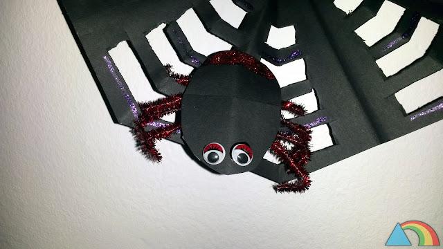 Araña hecha con cartulina negra, limpiapipas y ojitos móviles