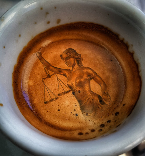 Alegoria de la justicia ciega sobre impresa sobre el fondo de un cafe
