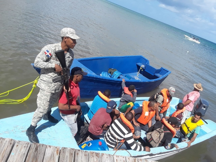 Arrestan a 25 en viaje ilegal a Puerto Rico