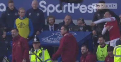 mesut ozil throws jacket at everton staff