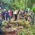 Personel Koramil 0821/03 Senduro Bersama BPBD Lumajang dan Masyarakat Evakusi Pohon Tumbang