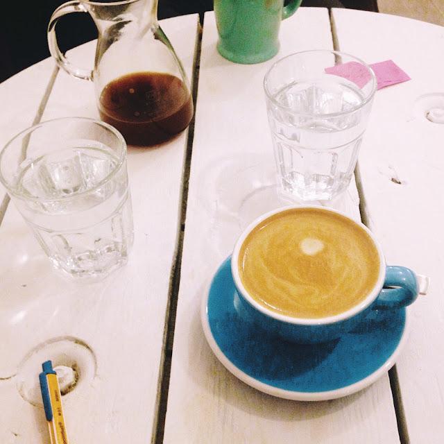 Užívam si madľové kapučíno v Sweet Beans Coffee.