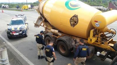 PRF apreende mais de 3 toneladas de maconha em caminhão Betoneira na Régis Bittencourt