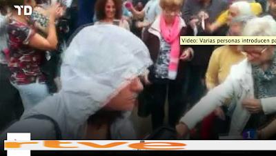 http://www.rtve.es/alacarta/videos/telediario/varias-personas-introducen-papeletas-urna-sin-control-previo/4245369/