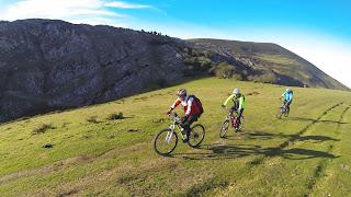 http://sendaycarretera.blogspot.com.es/2015/12/de-camino-bandujo-cicloturismo.html