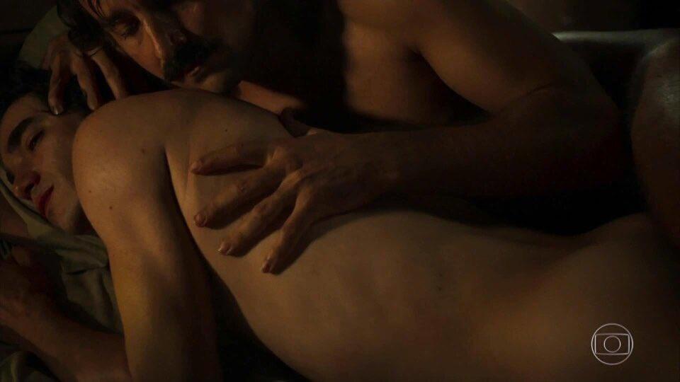 Com beijo gay e nudes, reveja cena emocionante de 'Liberdade, Liberdade'