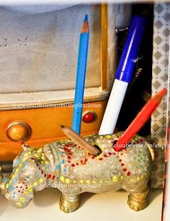 http://clarabelen.com/inspiraciones/1259/manualidades-para-reciclar-juguetes-simpaticos-lapiceros-de-animales/