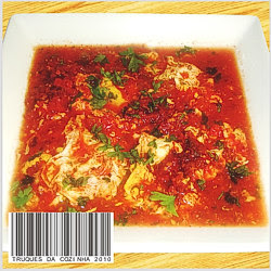 Ovo cozido em molho de tomate