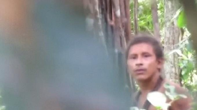 Κάμερα κατέγραψε για πρώτη φορά φυλή που ζει απομονωμένη στον Αμαζόνιο   (video)