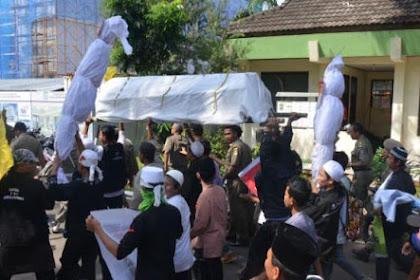 "Unjuk Rasa Protes Pendirian Gereja, Warga Bekasi ""Long March"" Bawa Pocong!"