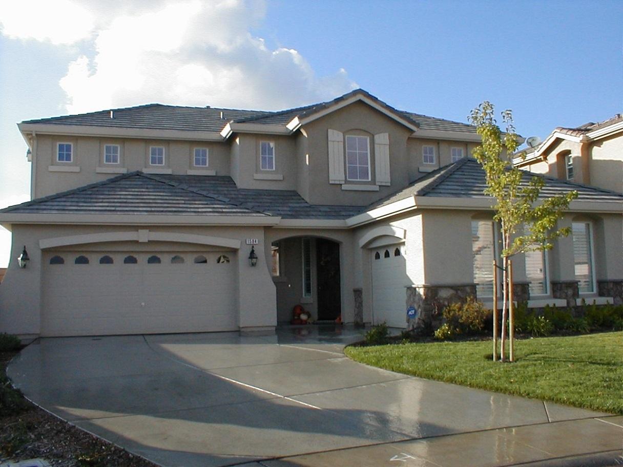 imagen de vivienda de lujo americana amplia con el csped podado