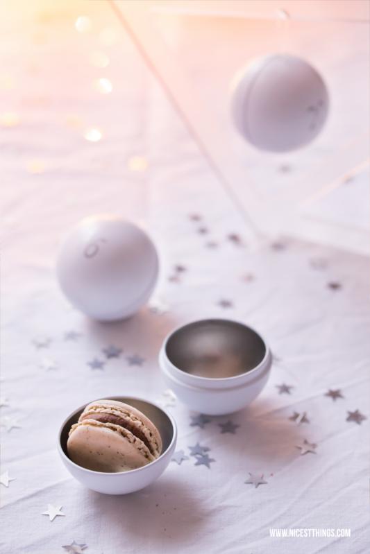 Tannenbaum Adventskalender weisse Kugeln mit Macarons Füllung