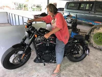 Tak Disangka, Dikira Gembel Kakek Ini Bayar Tunai Motor Harley Davidson Rp 232 juta