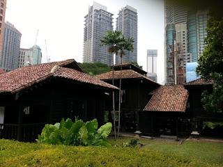 Rumah Unik 'Tersorok' Di Sebalik Pencakar Langit
