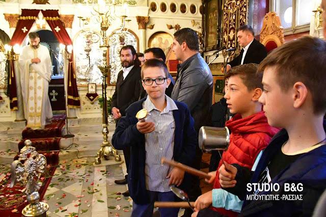 Με σφυριά, κατσαρόλες και κουδούνια υποδέχθηκαν την Πρώτη Ανάσταση στο Ναύπλιο (βίντεο)