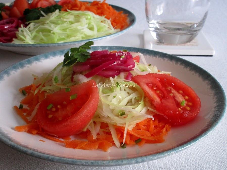 Ensalada de col con zanahoria, tomate y cebolla pochada