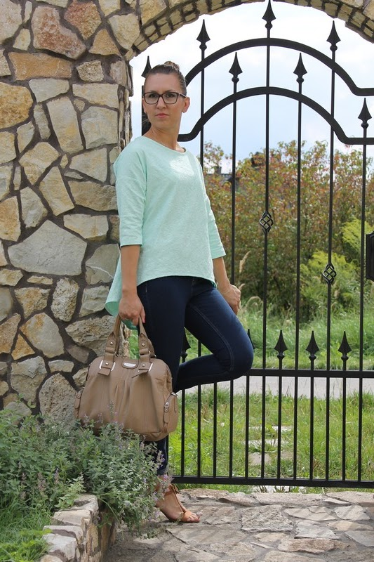 miętowa bluzka i granatowe jeansy