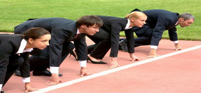 pessoas em trajes sociais preparadas para uma corrida de 100 metros razos