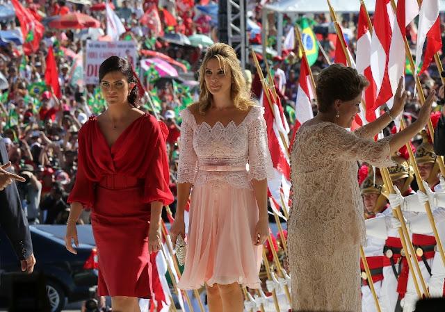 Marcela ao lado de Paula filha da Presidente e Dilma acenando para o povo
