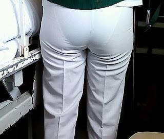 Guapa mujer pantalon marcando calzon