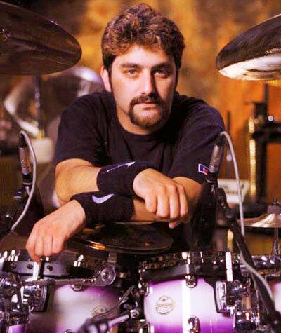 Foto de Mike Portnoy con cabello corto