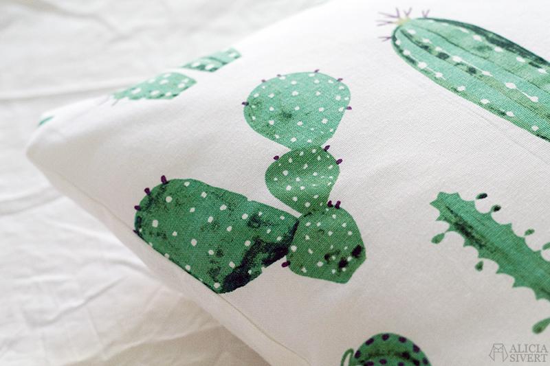 aliciasivert alicia sivert sivertsson sy sömnad sytt skapa skapande diy do it yourself kudde kuddar pillow cushion sew sewing sypeppen kaktus kaktusar tyg återbruk stuv stuvbit återbruksmaterial kaktusmönster mönster mönstrat hem inredning heminredning sovrum home interior interiour