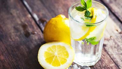 como preparar agua con limón para bajar de peso