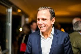 O prefeito eleito João Doria afirma que manterá sua promessa de campanha e a aumentará a velocidade nas marginais em São Paulo. A pista expressa passará de 70km/h para 90km/h, a central de 60 km/h para 70 km/h e a local de 50km/h para 60 km/h – com exceção da faixa da direita, que não sofrerá mudança. Para evitar acidentes, promete investir em sinalização e campanhas de conscientização.  Como todo político, apesar de não se apresentar como tal, Doria prometeu muita coisa que não poderá cumprir para ganhar a eleição. Por exemplo, depois de eleito, percebeu o erro de aumentar a velocidade das marginais, via expressas de grande fluxo de automóveis na capital paulista. Mas acredita que perderá mais, junto ao eleitor, aparecendo como alguém que não cumpre a palavra do que com as consequências de sua decisão.