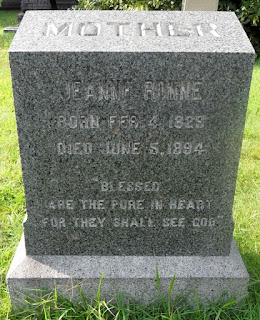 Seite des Grabsteines von Jeanne Ronne