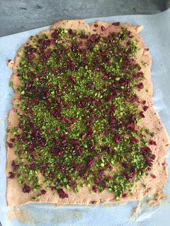 pistaches , cranberries pour un foie gras roulé cuisson vapeur