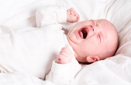 trẻ sơ sinh khóc gắt ngủ