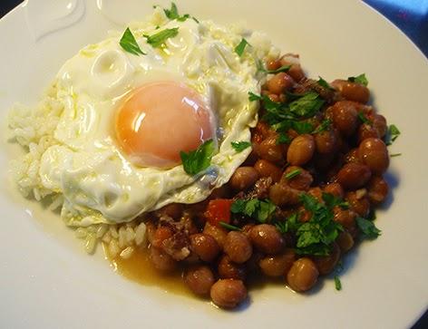Alubias con arroz y huevo frito