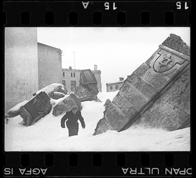 איש הולך בחורף בחורבות בית הכנסת ברחוב וולבורסקה (נהרס בידי גרמנים ב - 1939)