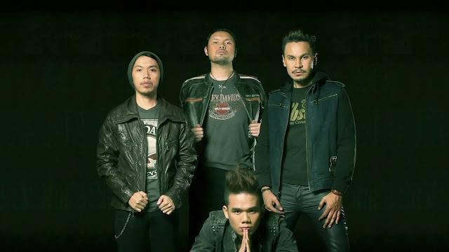 Akhadiat Denny (kiri) bersama personil Band Mojo lainnya. Foto: yotube.com