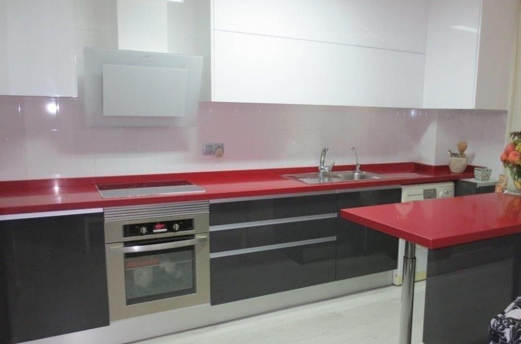 C mo renovar una cocina de forma low cost cocinas con for Cocina blanca encimera roja