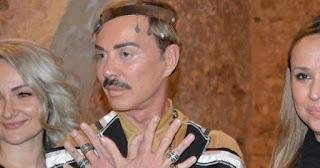 Ο Λάκης Γαβαλάς άφησε μουστάκι ντύθηκε κρητικός και πήγε στα Χανιά