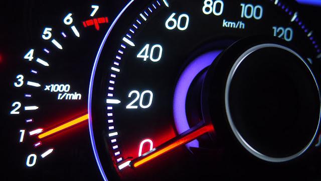 夜間のスピードメーター