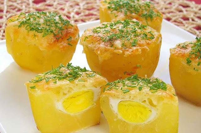 Картофель -5 средних клубней; Яйцо перепелиное (можно использовать некрупные куриные яйца) - 10 штук; Сыр - 50 г; Соль и перец - по вкусу. Зелень - для посыпания.