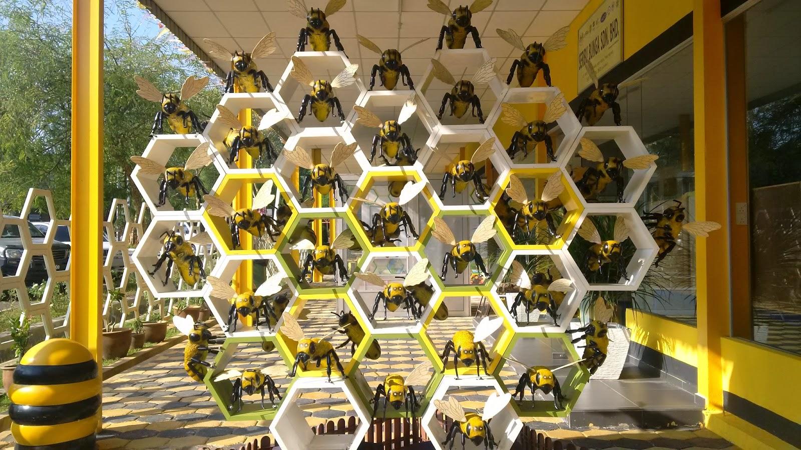 "bee gallery melaka, galeri labah melaka, how the honey is made, homemade honey, ""malaysia travel influencer,  malaysia influencer,  blog with cris,  malaysia blogger,  malaysia freelance model,  bee farm melaka malaysia,  giant b propolis,  giant b honey benefits,  taman lebah melaka harga,  giant b royal jelly,  zoo melaka,  taman burung melaka,  buy honey online malaysia,  propolis malaysia supplier,  malaysia best honey,  melaka bird park ticket price 2019,  where to buy honeycomb in kl,  butterfly farm melaka,  bees museum,  ong super trading sdn bhd,  bee farm penang,  urban beekeeping malaysia,  bee farm selangor,  muzium lebah melaka, hive honey, honey tasting, free entry, travel, toruism"