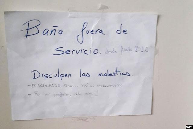 Cartel en la comisaría que indica que el baño está fuera de servicio