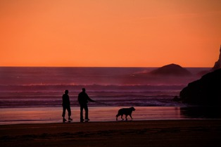 nonni che passeggiano con cane