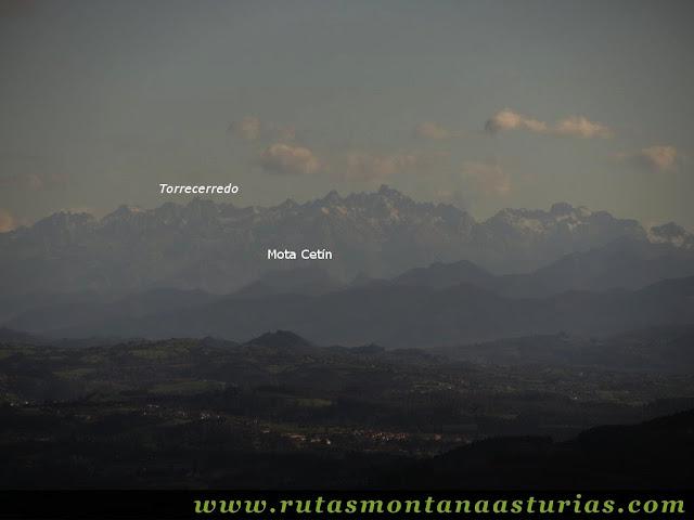 Vista del Torrecerredo y Mota Cetín