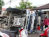 "Truk Molen Atau ""Concrete Mixer Truck"" Terguling Pasar Tamansari Sambit"