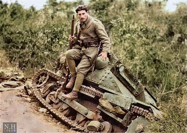 Italian tankette Carro Veloce CV-33 color photos of World War II worldwartwo.filminspector.com