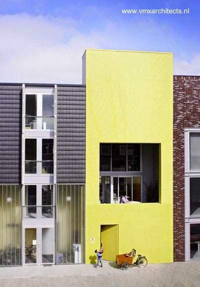 Fachada amarilla de azulejos pequeños en una moderna casa angosta y elevada en Amsterdam 2006