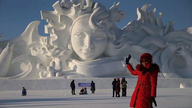 Κινέζοι καλλιτέχνες δημιουργούν το μεγαλύτερο γλυπτό από χιόνι που κατασκευάστηκε ποτέ