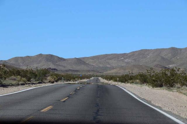 Death Valleyn johtavalta tieltä löytyy pitkä suora