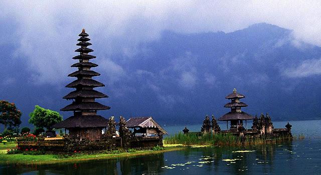 Pura Ulun Danu Bratan (Pura Bali di tepi danau)
