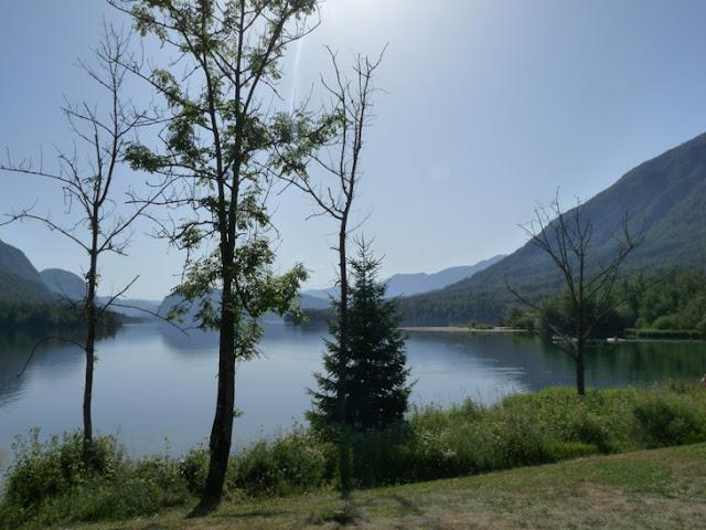 Foto de la Orilla del lago Bohinj. Ruta en autocaravana por Eslovenia | caravaneros.com